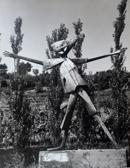 Pinocchio che saluta di Pietro Consagra per il Giardino di Pinocchio, 1953-1972. Interessante notare come il protagonista della storia compaia solo alla fine del percorso, introducendo il 'visitatore bambino' al Paese dei Balocchi (AFNCC, Ct. Disegni Paese dei Balocchi).